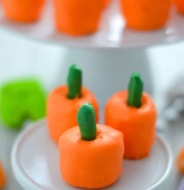 Sweet and Salty Pumpkin Marshmallow Pops are perfect for Halloween or Thanksgiving. Made with just 3 ingredients! Recipe from @whattheforkblog | whattheforkfoodblog.com