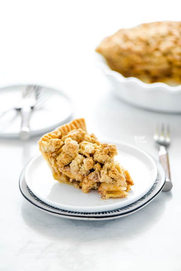 a slice of gluten free apple crisp pie on a stack of 2 plates